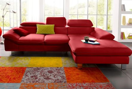 Sarkans ādas dīvāns